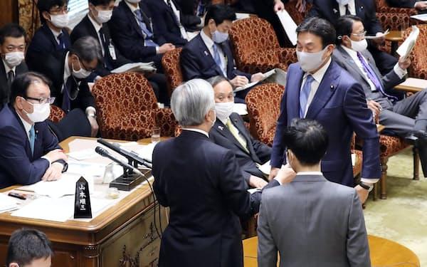 参院予算委で自身の答弁を巡りたびたび野党が反発、協議を見守る菅首相(25日)