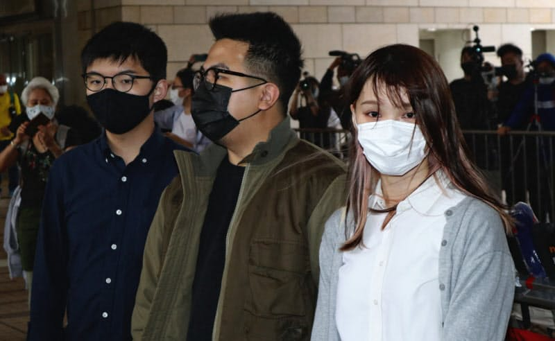 周庭氏(右)は23日、初めて収監された