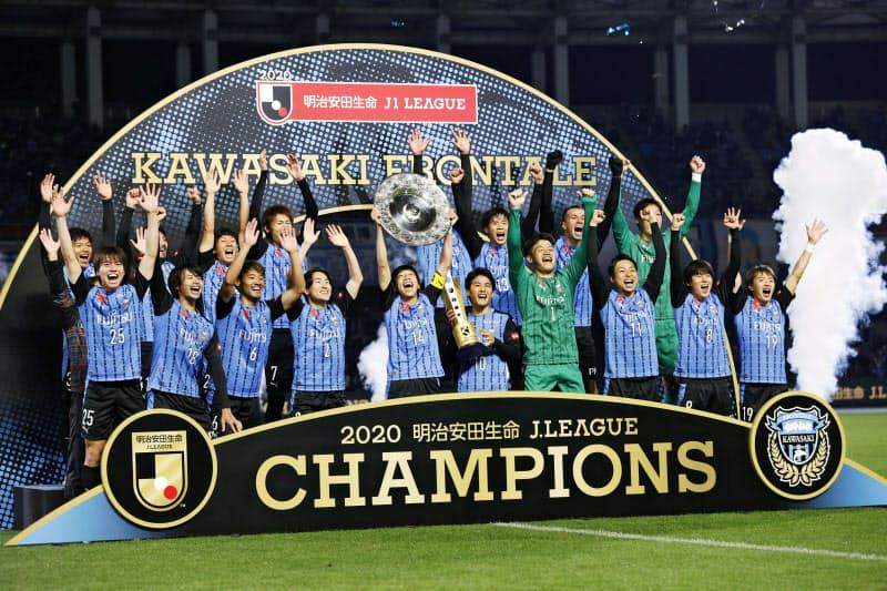 サッカーJ1でG大阪を下し2年ぶり3度目のリーグ制覇を決め、大喜びの川崎イレブン(25日、川崎市の等々力陸上競技場)=共同