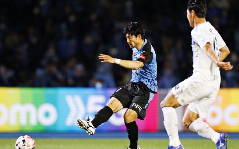 川崎―G大阪 後半、チーム3点目のゴールを決める川崎・家長=左(25日、等々力)=共同