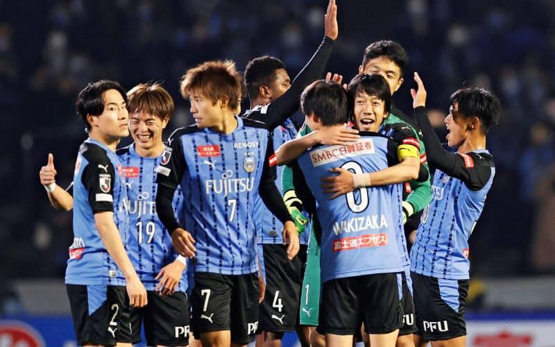 G大阪を下し2年ぶり3度目のリーグ制覇を決め、喜ぶ川崎イレブン=共同