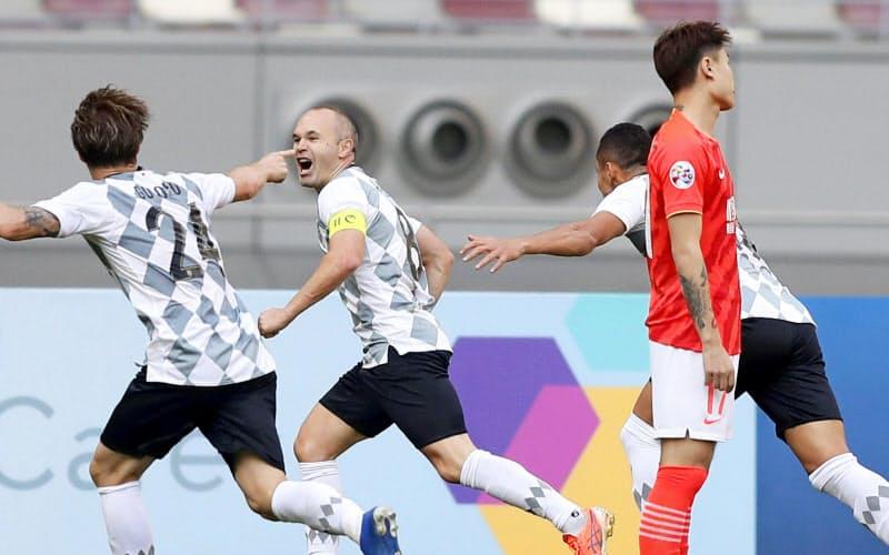 神戸―広州恒大 後半、チーム3点目のゴール決め、駆けだす神戸・イニエスタ=左から2人目(25日、ドーハ)=ゲッティ共同