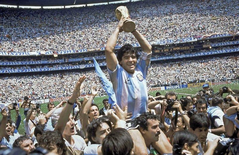 1986年のメキシコワールドカップ(W杯)でアルゼンチンを優勝に導き、トロフィーを掲げるマラドーナ氏(中央)=AP