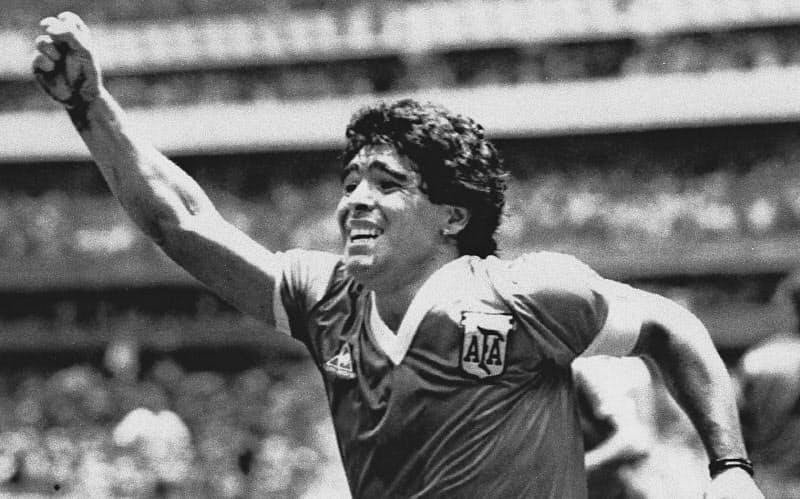 1986年W杯メキシコ大会準々決勝のイングランド戦で、5人抜きのゴールを決めて喜ぶマラドーナさん=ロイター