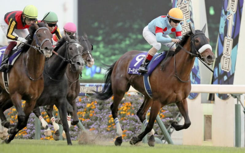 天皇賞・秋で優勝したアーモンドアイ(右)。G1レース8勝目を挙げた=共同