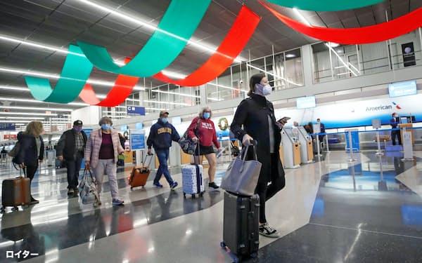 感謝祭の休暇を前に移動する人たち(25日、シカゴ・オヘア空港)=ロイター