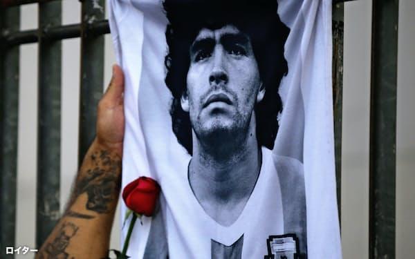 ディエゴ・マラドーナさんの死を悼み供えられたバラ(25日、ブエノスアイレス)=ロイター