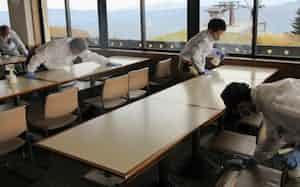 新型コロナ感染対策を急ぐ赤倉温泉スキー場内のレストラン(6日、新潟県妙高市)