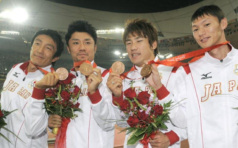 陸上男子400メートルリレーで銅メダルを獲得した日本。後に銀メダルに繰り上がった。左から朝原、末続、塚原、高平=共同