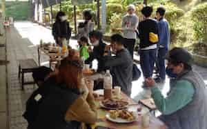 神奈川県二宮町の「お試し移住」では、移住した人と交流する機会を設けた(22日)