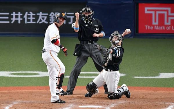 日本シリーズでストライクを宣告される巨人・亀井。様々な球種を瞬時に判定する球審は高度な専門職だ