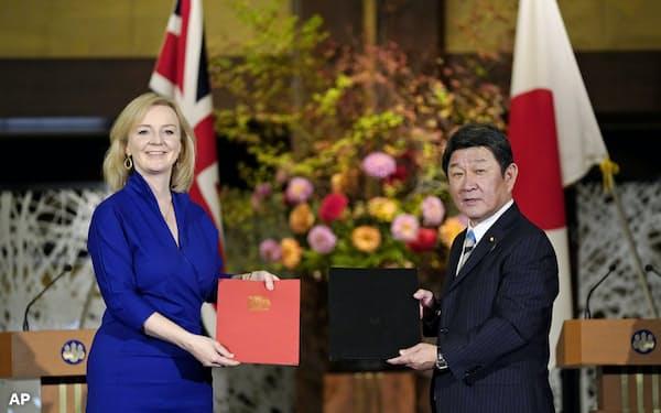 日英EPAの署名をした英国のトラス国際貿易相(左)と茂木敏充外相(10月23日、都内の飯倉公館)=AP