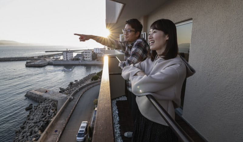 海を望むマンションへと引っ越した酒本夫妻。仕事の合間に外を眺める日々へと変わった(12日、兵庫県明石市)