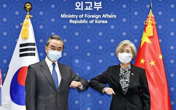 26日、韓国外務省で会談に臨む中韓外相=共同