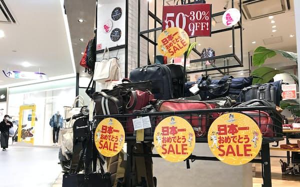 26日から商業施設でホークスの日本一を祝うセールが始まった(福岡市のマークイズ福岡ももち)