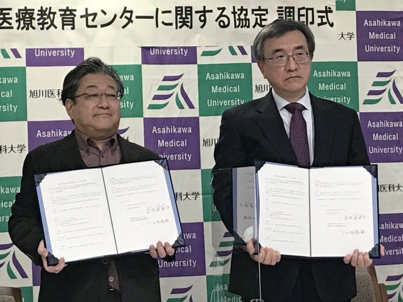 協定書に調印した吉田学長(左)と小山内裕昭富良野協会病院院長