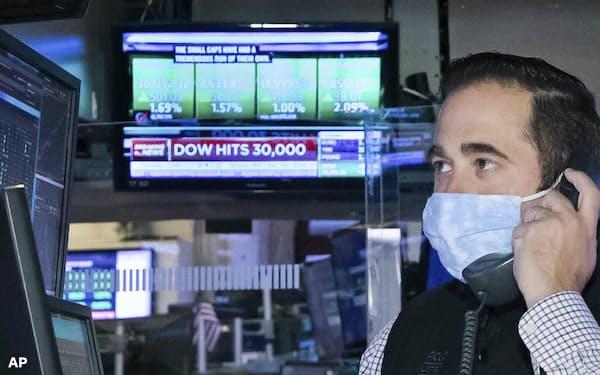 米ダウ工業株30種平均は初めて3万ドル台を突破するなど主要国の株式相場は上昇基調にある(写真は11月24日のニューヨーク証券取引所)=AP
