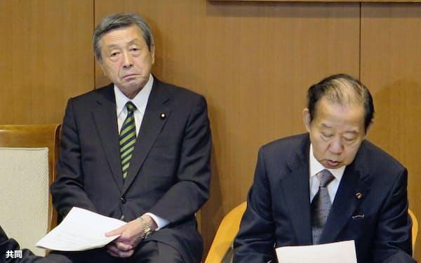 自民党の役員会で二階幹事長(右)の後ろに座る林幹事長代理=共同