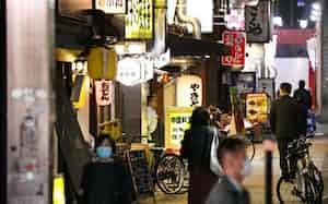 夜の繁華街の人通りはまばらだ(26日、名古屋市中区)