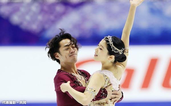 調整するアイスダンスの村元(右)・高橋組(26日、東和薬品ラクタブドーム)=代表撮影・共同