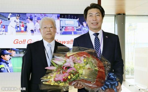根岸孝成オーナー(左)にシーズン終了を報告したヤクルトの高津監督(26日、東京都港区のヤクルト本社)=同球団提供・共同