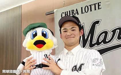 入団が決まり、ポーズをとるロッテドラフト2位の中森俊介投手(26日、神戸市)=同球団提供・共同