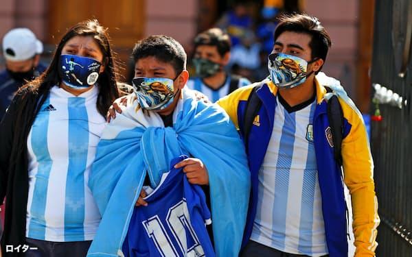 マラドーナ氏への弔問のため、大統領府には多くのアルゼンチン国民が訪れた(26日、ブエノスアイレス)=ロイター