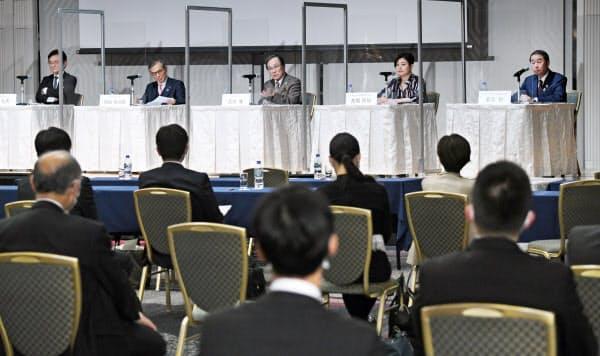 討論する(左から)京都大学の湊総長、大阪大学の西尾総長、神戸大学の武田学長、Strolyの高橋社長、シスメックスの家次会長兼社長(13日、大阪市中央区)