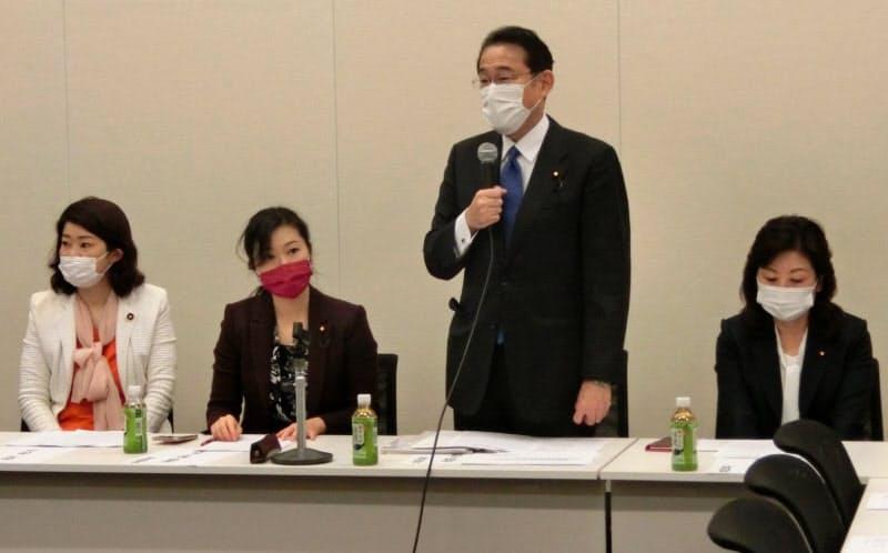 「出産費用等の負担軽減を進める議員連盟」の会合であいさつする岸田文雄共同代表(27日、国会内)