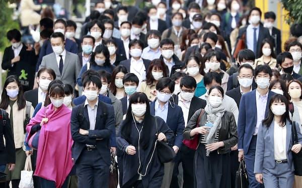マスク姿で通勤する人たち(10月、東京都中央区)