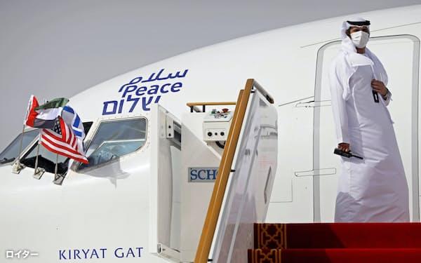 UAEに到着したイスラエル代表団(8月、UAEのアブダビ空港)=ロイター