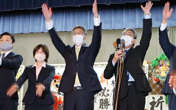 再選を果たして万歳三唱をする柏崎市の桜井雅浩市長(中央、15日、新潟県柏崎市)