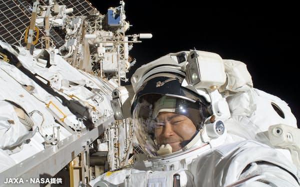 船外活動中の星出宇宙飛行士=JAXA・NASA提供