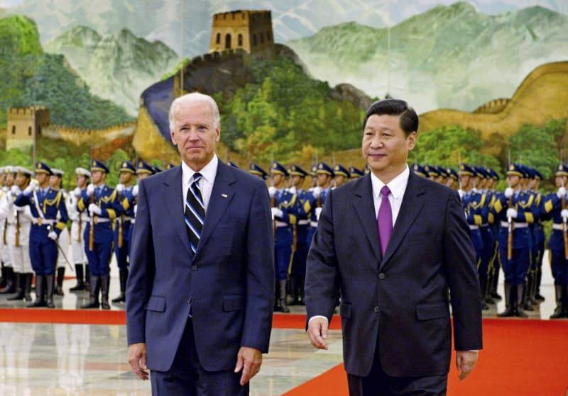 2011年に訪中した当時のバイデン米副大統領(左)と中国の習近平国家副主席=新華社・共同