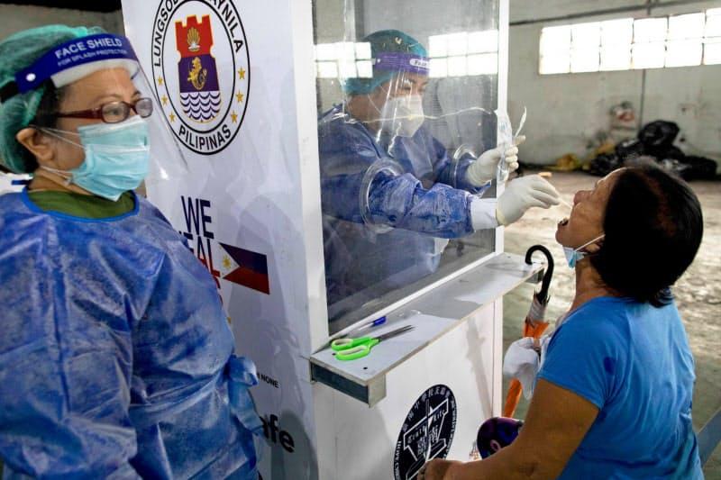 フィリピン・マニラで新型コロナウイルスの検査を受ける市民(10月)=ロイター