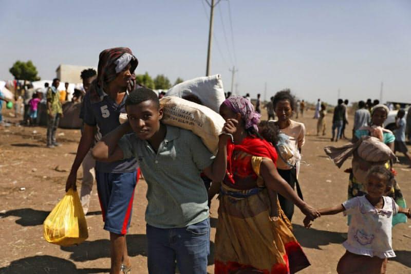 エチオピアからスーダンに逃れてきた人々(14日)=AP
