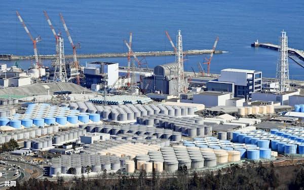 東京電力福島第1原発敷地内に立ち並ぶ処理水保管タンク=共同