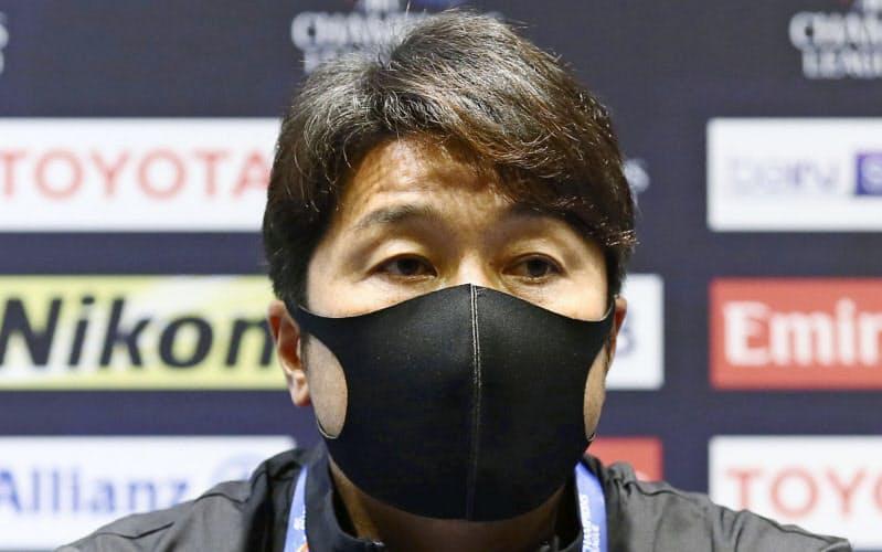 記者会見に臨む神戸・三浦監督(27日、カタール・アルワクラ)=同クラブ提供・共同