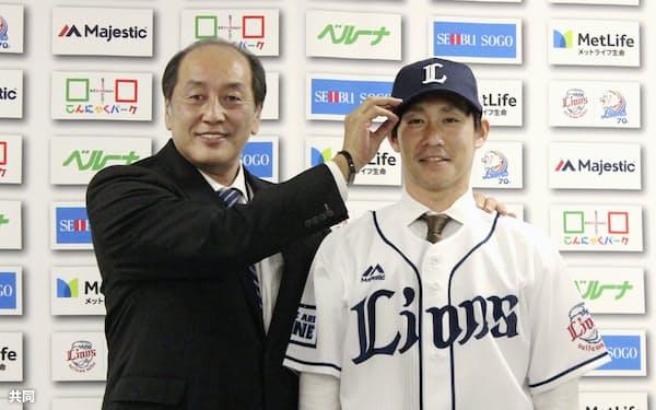 西武の入団会見で渡辺久信GM(左)とポーズをとる吉川光夫投手(27日、埼玉県所沢市)=共同
