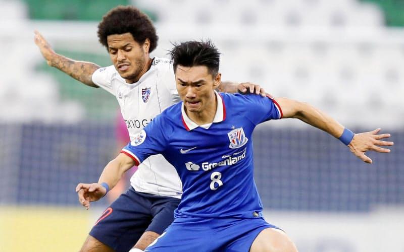 FC東京―上海申花で競り合うFC東京・レアンドロ=左(27日、カタール・アルラヤン)=ゲッティ・共同