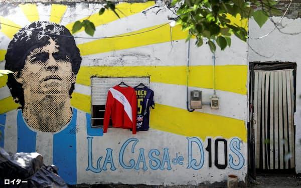 「神の家」と描かれた、マラドーナさんが幼少期を過ごした家(27日、ブエノスアイレス)=ロイター
