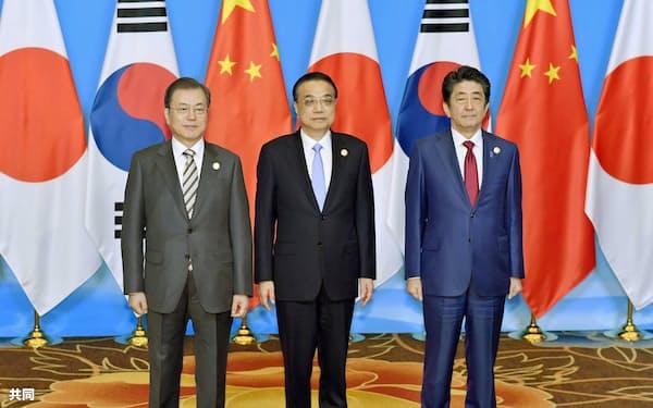 日中韓首脳会談の年内開催のめどが立たない(2019年の日中韓首脳会談、中国・成都)=共同