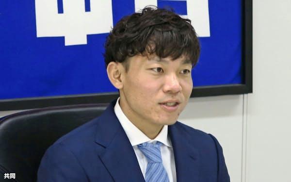 契約更改交渉を終え、記者会見する中日・大島(28日、ナゴヤ球場)=共同