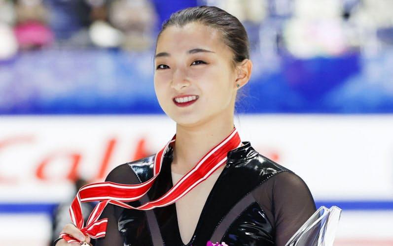 女子で優勝し、メダルを手に笑顔の坂本花織(28日、東和薬品ラクタブドーム)=共同