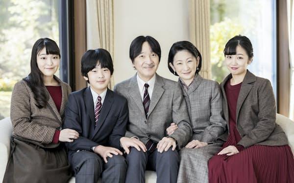 宮邸で過ごす秋篠宮ご一家(14日、赤坂御用地の秋篠宮邸)=宮内庁提供