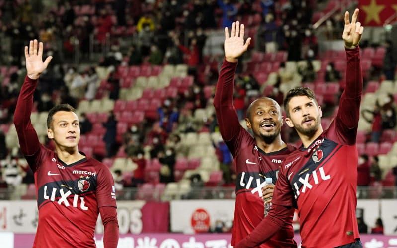 浦和に快勝し、サポーターの拍手に応える(左から)鹿島・ファンアラーノ、レオシルバ、エベラウド(29日、カシマ)=共同
