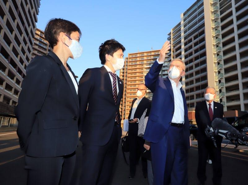 選手村を視察するIOCのバッハ会長(右から2人目)(17日、東京都中央区)