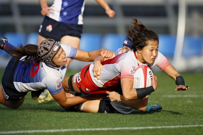 ラグビー7人制女子日本代表候補の練習試合でトライを決める中村(右)(29日、熊谷ラグビー場)=共同