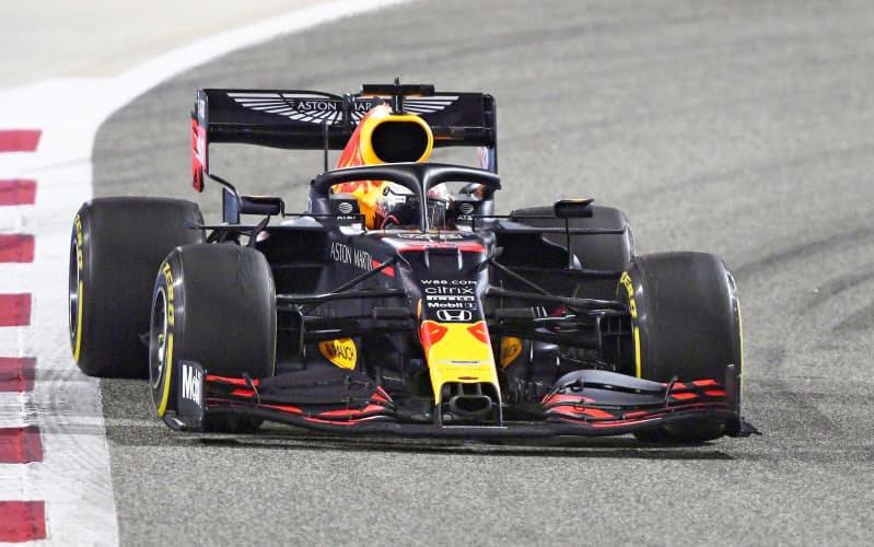 自動車F1バーレーンGPで走行するレッドブル・ホンダのマックス・フェルスタッペン=ゲッティ共同