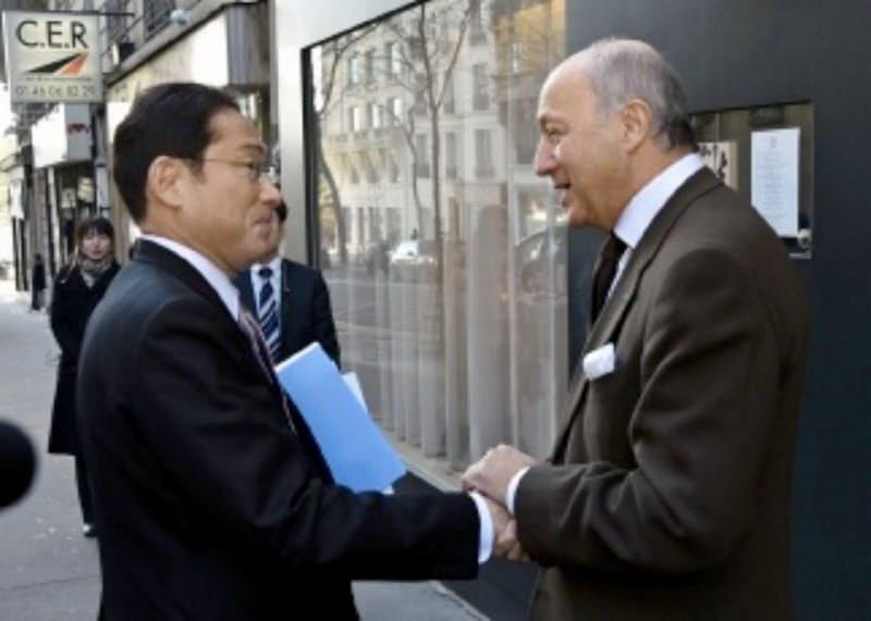 2017年に当時の岸田文雄外相と握手するフランス憲法院のファビウス院長(外務省ホームページより)